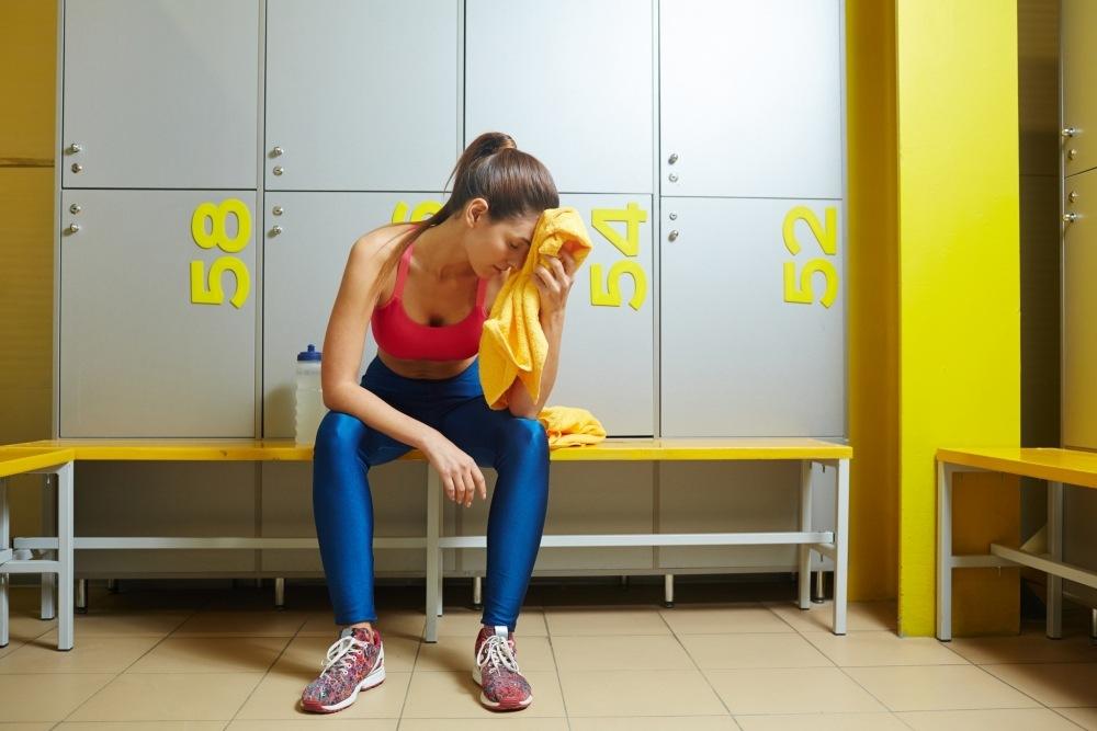 mujer junto a taquillas en gym