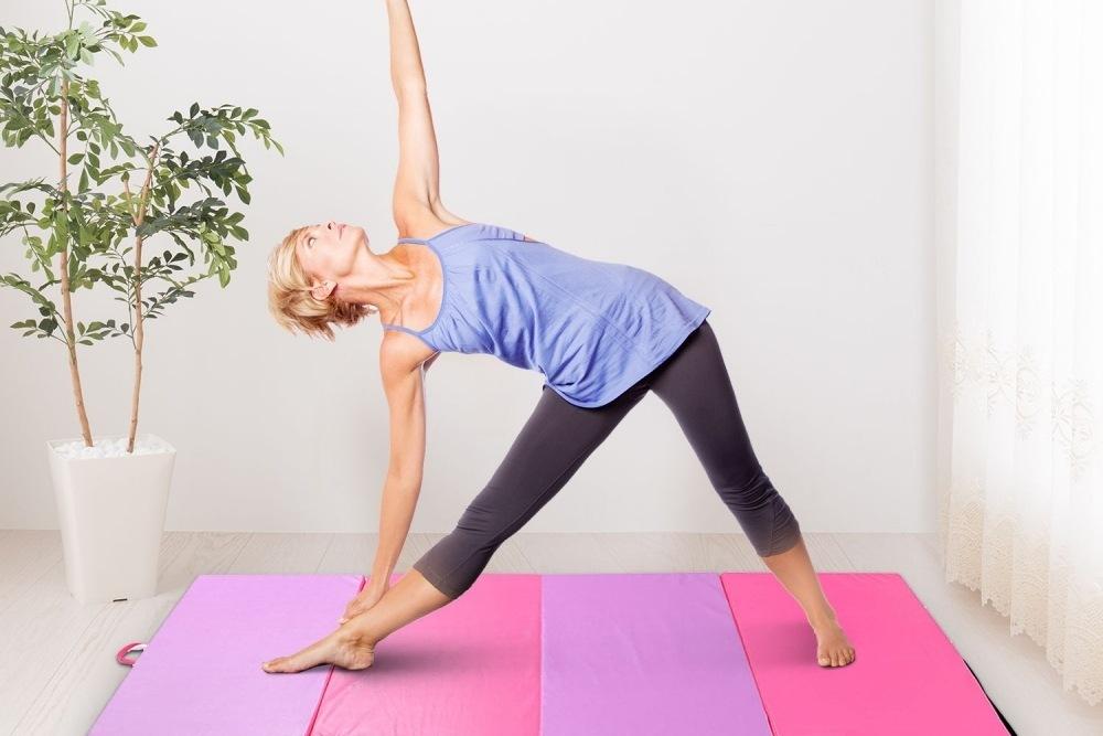 mujer haciendo yoga suelo especial